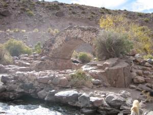 Antiguo puente sobre el arroyo
